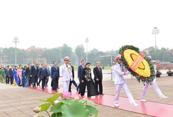 Delegasi para pemimpin Partai, Negara, Pengerus Besar Front Tanah Air Vietnam dan para anggota MN mengunjungi Mousoleum untuk berziarah kepada Presiden Ho Chi Minh - ảnh 1