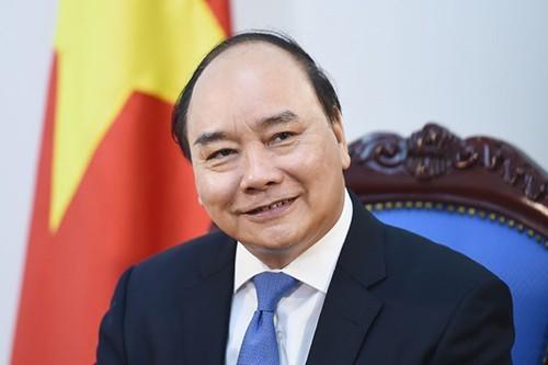 PM Nguyen Xuan Phuc menjawab interviu kalangan pers asing tentang pekerjaan mencegah dan menanggulangi wabah Covid-19 di Vietnam - ảnh 1