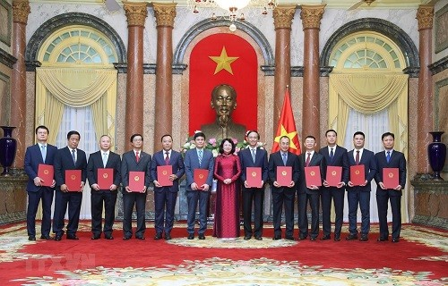 Wakil Presiden Vietnam, Dang Thi Ngoc Thinh menyerahkan keputusan pengangkatan 12 dubes untuk masa bakti 2020-2030 - ảnh 1