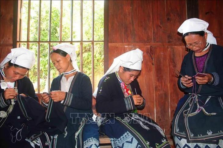 Memperkenalkan sepintas-lintas tentang produk bordir kain ikat dari kaum perempuan etnis minoritas Dao Tien  - ảnh 1