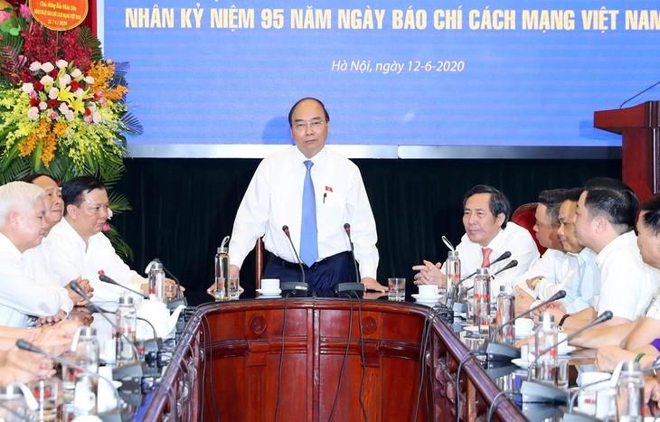 """PM Nguyen Xuan Phuc mengunjungi kantor  """"Koran Nhan Dan"""" sehubungan dengan peringatan ultah ke-95 Hari Pers Revolusioner Viet Nam - ảnh 1"""