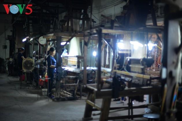 Desa Kerajinan Hanoi Memulihkan Produksi Pasca Wabah Covid-19 - ảnh 2