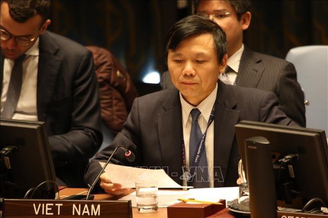 Vietnam berkomitmen akan berupaya  bersama dengan negara-negara lain memberikan perubahan yang positif  kepada anak-anak dalam bentrokan bersenjata - ảnh 1
