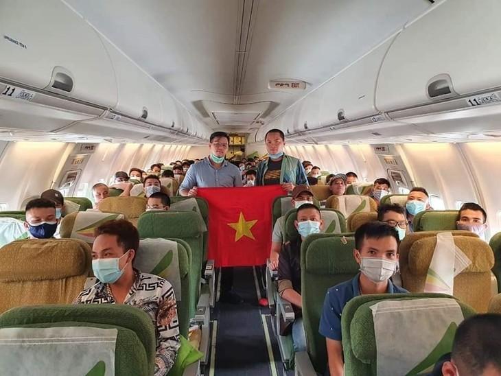 Memulangkan lebih 130 warga negara Vietnam di Malaysia dan beberapa negara Afrika kembali ke Vietnam - ảnh 1