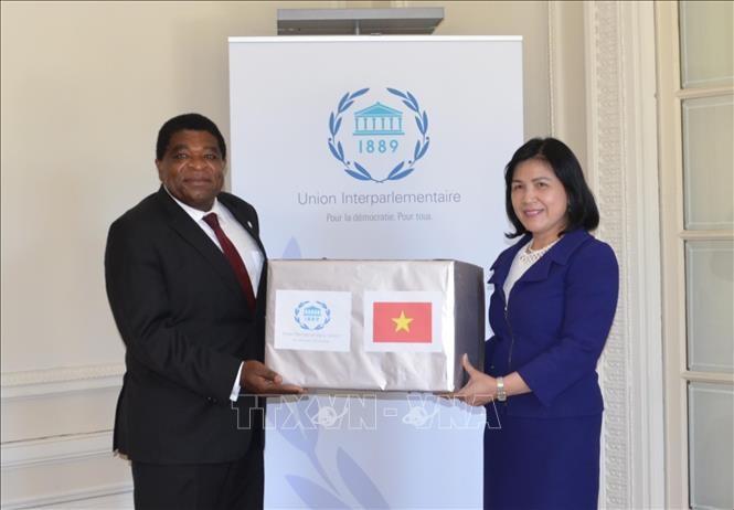 Perutusan Diplomatik Vietnam memberikan masker medis MN Vietnam bagi Sekretariat IPU - ảnh 1