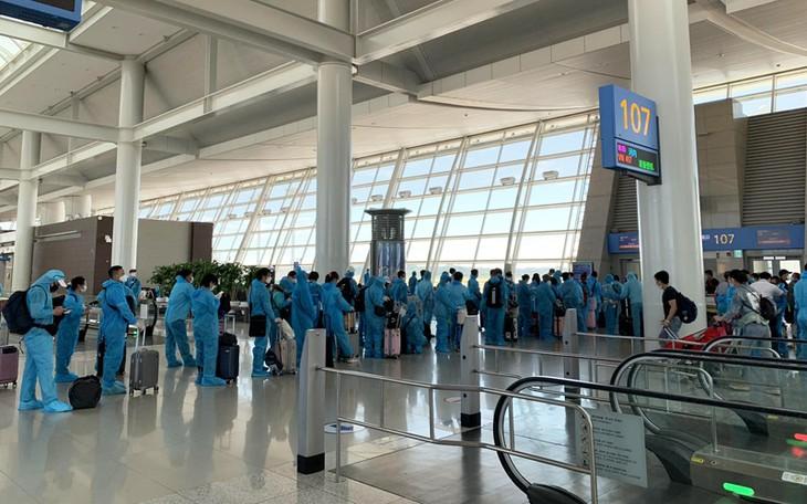 Memulangkan lebih dari 310 warga negara Vietnam dari Republik Korea kembali ke Tanah Air secara aman - ảnh 1