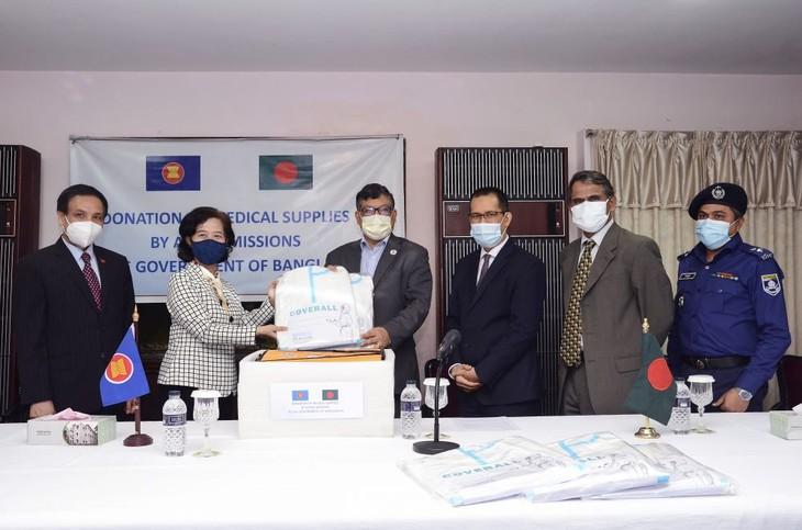 Komite ASEAN di Dhaka menyerahkan peralatan medis bagi Bangladesh - ảnh 1