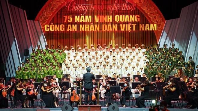 """Program Kesenian dengan tajuk: """"75 tahun kejayaan Pasukan Keamanan Publik Rakyat  Vietnam"""" - ảnh 1"""