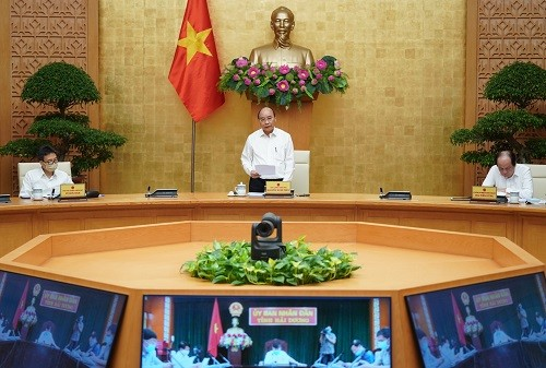 PM Nguyen Xuan Phuc memimpin konferensi nasional online tentang pengucuran modal investasi publik - ảnh 1