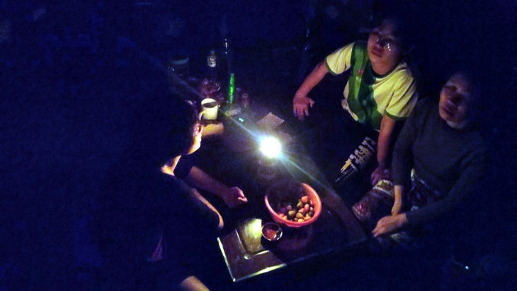 "Seluruh Vietnam Matikan Lampu untuk Sambut Kampanye ""Jam Bumi""  (Earth Hour) 2021 - ảnh 1"