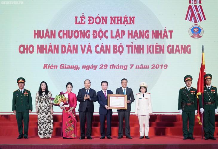 Premierminister Nguyen Xuan Phuc überreicht der Provinz Kien Giang den Unabhängigkeitsorden erster Klasse - ảnh 1