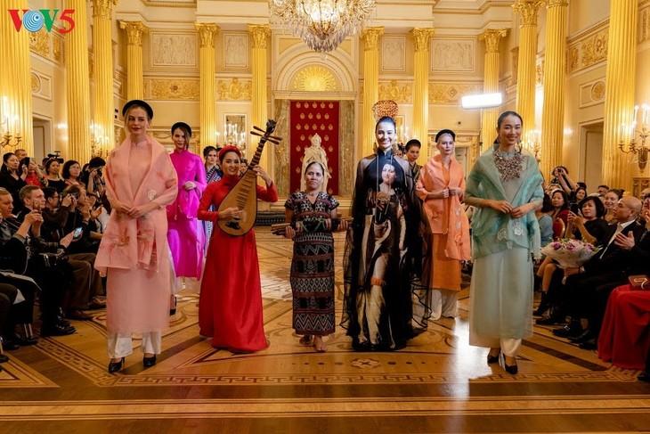 Vorstellung der vietnamesischen Mode in Russland - ảnh 1