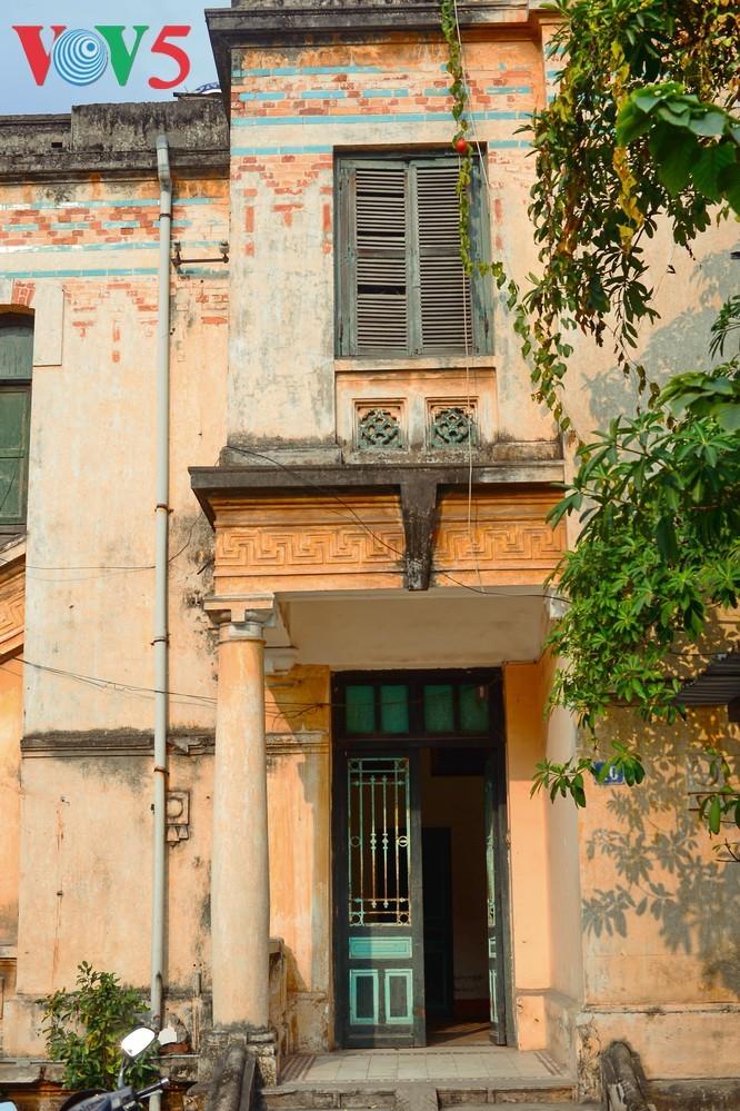 Die architektonische Schönheit der alten Villa, wo sich die Rundfunkstation Bach Mai befand - ảnh 2