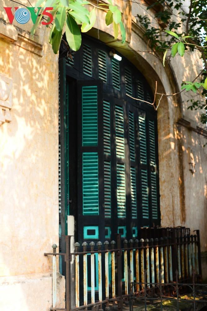 Die architektonische Schönheit der alten Villa, wo sich die Rundfunkstation Bach Mai befand - ảnh 4
