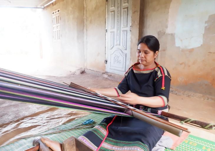 Frauen des Dorfes Knia in der Provinz Dak Lak bewahren das Brokatweben - ảnh 1