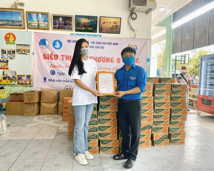 Schönheitskönigin Kim Duyen engagiert sich für karitative Aktivitäten - ảnh 1