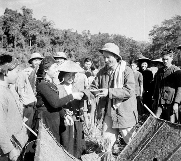 Fotoausstellungen zum 130. Geburtstag des Präsidenten Ho Chi Minh - ảnh 1