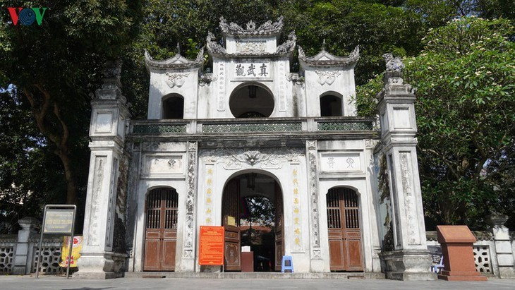 Gedenkstätten in Hanoi am ersten Tag der Wiedereröffnung - ảnh 10