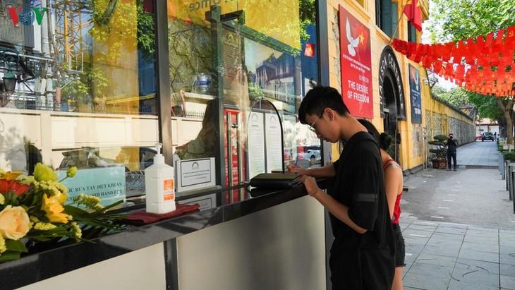 Gedenkstätten in Hanoi am ersten Tag der Wiedereröffnung - ảnh 9