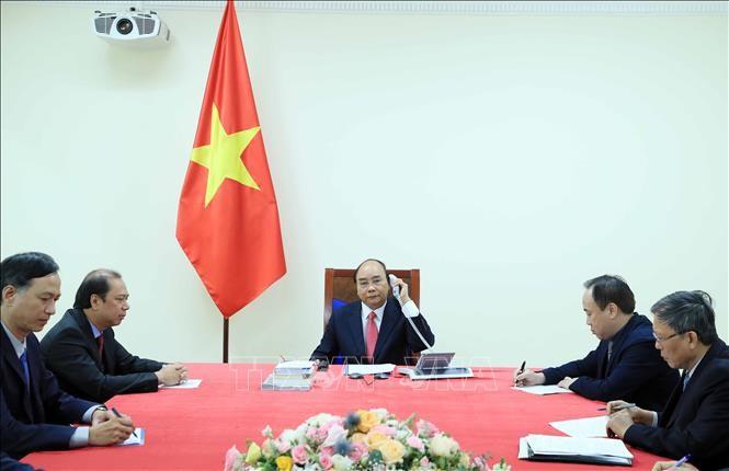 Premierminister Nguyen Xuan Phuc führt Telefongespräch mit seinem singapurischen Amtskollegen - ảnh 1