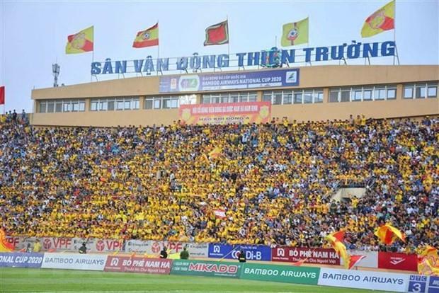 """Reuters berichtet über das Bild der """"Massen-Fans"""" in der vietnamesischen Fußballnationalmeisterschaft 2020 - ảnh 1"""