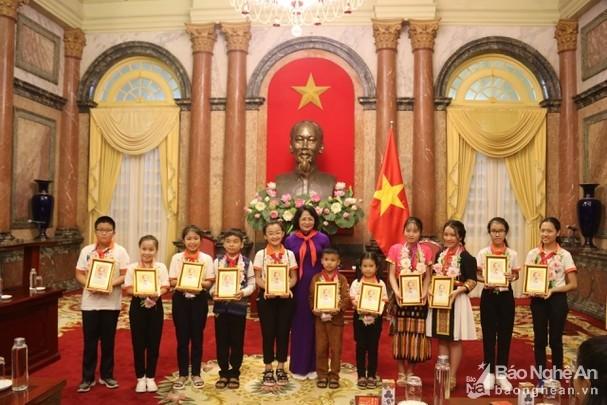 Vize-Staatspräsidentin Dang Thi Ngoc Thinh trifft hervorragende Kinder der Provinz Nghe An - ảnh 1