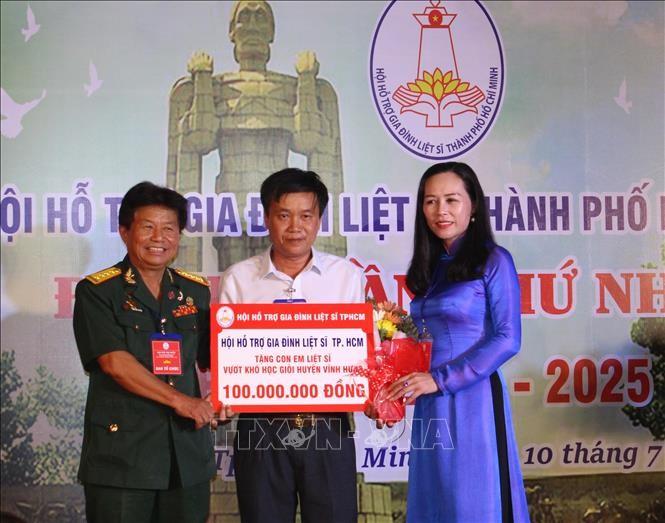 Jugendliche in Ho-Chi-Minh-Stadt feiern 73. Jahrestag der Kriegsinvaliden und gefallenen Soldaten - ảnh 1