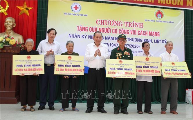 """Programm """"Menschen mit verdienstvollen Leistungen für die Revolution Geschenke überreichen"""" in Quang Tri - ảnh 1"""