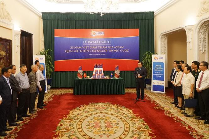 """Veröffentlichung des Buches """"25 Jahre ASEAN-Beitritt Vietnams aus der Sicht von Insidern"""" - ảnh 1"""