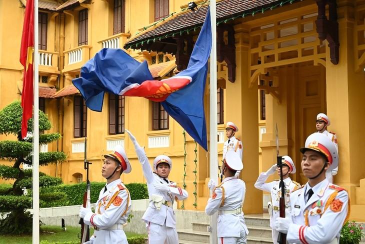 Zeremonie zum Hissen der Flaggen zum 53. Gründungstag der ASEAN - ảnh 1
