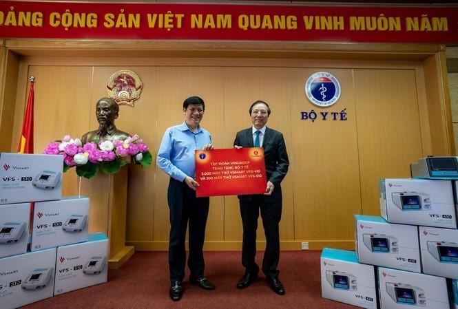 Vingroup überreicht dem Gesundheitsministerium 3000 Beatmungsgeräte - ảnh 1