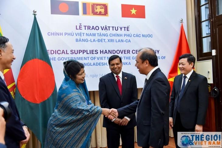 Medizinische Ausrüstungen zur Covid-19-Bekämpfung an Bangladesch und Sri Lanka überreicht - ảnh 1