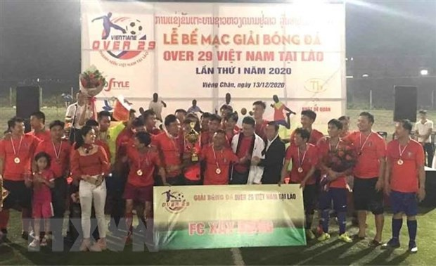 """Abschluss des Fußballturniers """"Over 29 Vietnam"""" in Laos - ảnh 1"""