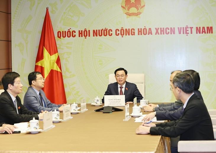 Parlamentspräsident Vuong Dinh Hue führt Telefongespräch mit seinem laotischen Amtskollege - ảnh 1