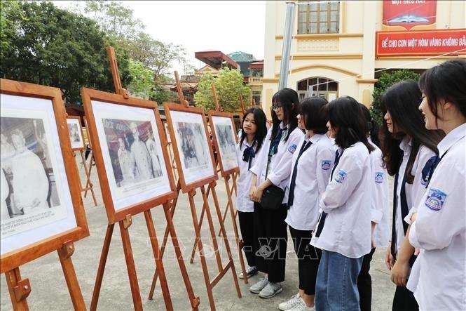 Ausstellung der Bilder des Präsidenten Ho Chi Minh mit Parlamentswahlen - ảnh 1