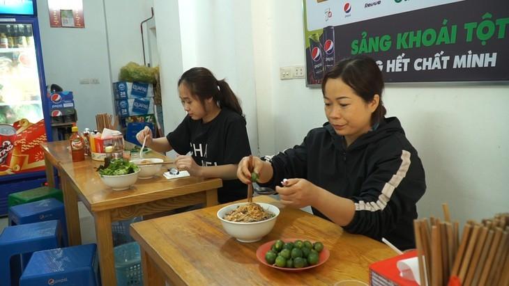 Nudeln mit gebratenem Rindfleisch aus Südvietnam – Ein beliebtes Gericht der Vietnamesen - ảnh 5