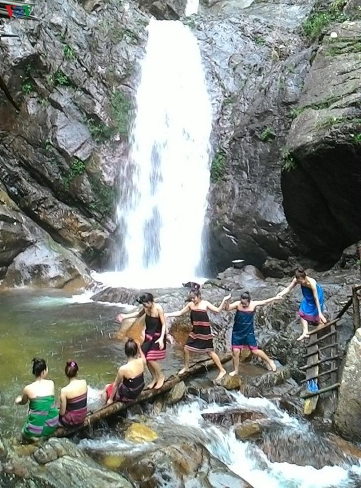 트어티엔-후에 (Thừa Thiên Huế)성 알르어이 (A Lưới)현의  아름다운 아노르 (A Nôr) 폭포 탐방 - ảnh 1