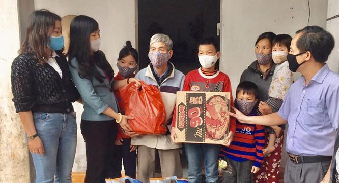 코로나 19 사태 속에 정부의 생계지원 패키지를 받는 베트남 국민들 - ảnh 1