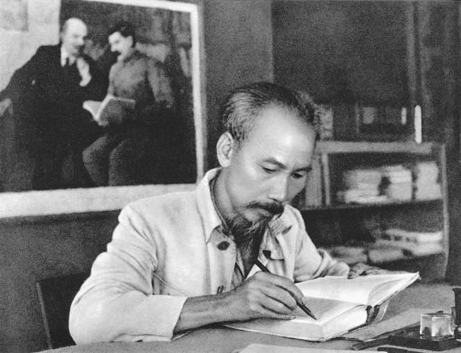 베트남 군사역사박물관, '늘 마음 속 호찌민 주석'이라는 주제로 전시회  - ảnh 1