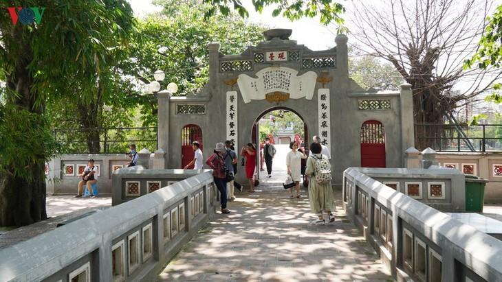 재개관 첫날 하노이 명승지의 모습 - ảnh 7