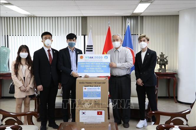 한국 거주 베트남 교포들에게 2만 5천 장의 의료 마스크 전달 - ảnh 1