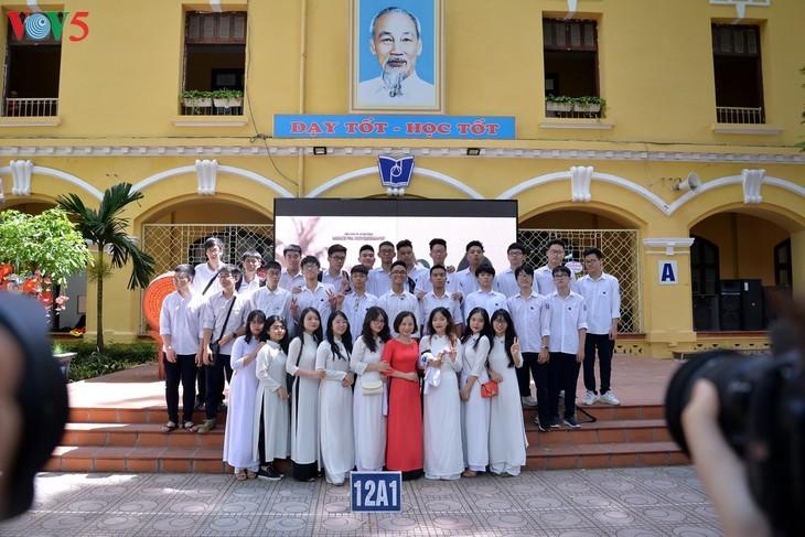 12 학년 학생들의 종강식 - ảnh 3