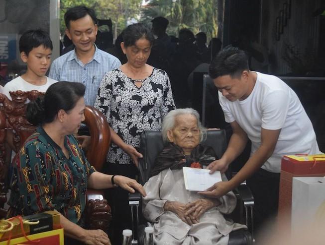 국회의장, 꽝남과 다낭의 베트남 영웅어머니 및 정책대상가족 방문 - ảnh 1