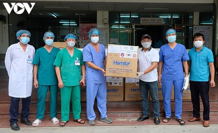 호찌민시 다수 단체 및 개인, VOV와 함께 코로나19 방역 병원에 방호구3,000개 기증 - ảnh 1