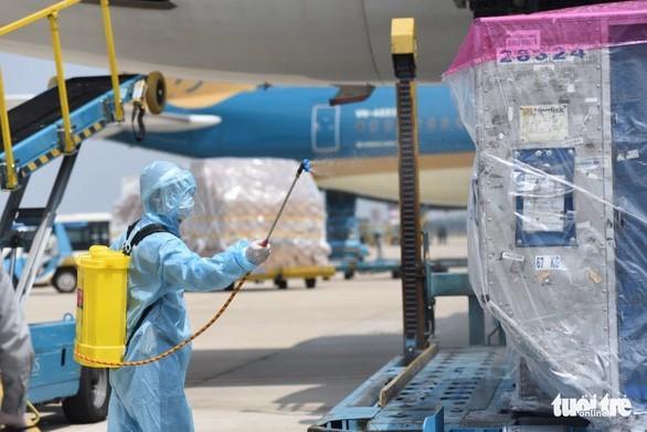 코로나 19방역 백신 약 12만 회 분량, 떤선녓 국제공항 도착 - ảnh 2