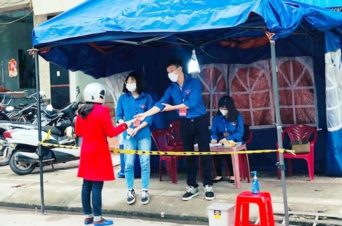 푸른 옷의 코로나19 방역 봉사자들  - ảnh 2