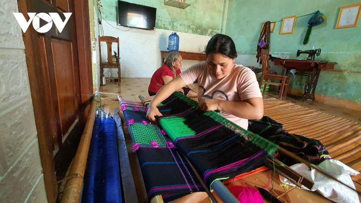 닥니어 협동조합의 베트남 소수민족 전통 브로케이드 토껌(thổ cẩm) 생산 - ảnh 2