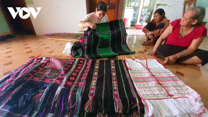 닥니어 협동조합의 베트남 소수민족 전통 브로케이드 토껌(thổ cẩm) 생산 - ảnh 1