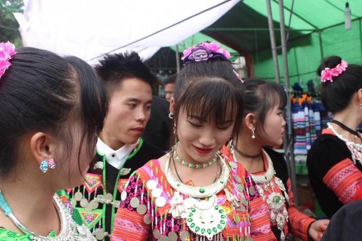 선라(Sơn La)성 번호(Vân Hồ)현 몽(Mông)족 전통 의상 직조 및 자수 공예 보존 사업 - ảnh 2