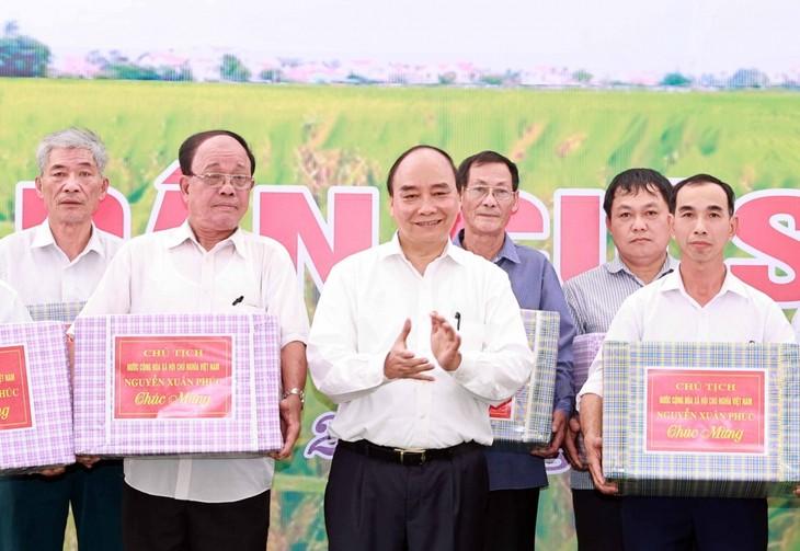 응우옌 쑤언 푹 국가주석, 훙브엉 역사유적지 분향식 참석 - ảnh 2